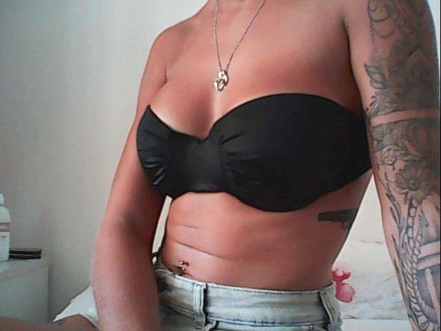 Nu live hete webcamsex met Hollandse amateur  tattoodchick?